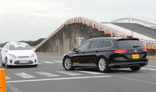 画像: 右側通行で左折するクルマの前に対向車が直進してくると…!