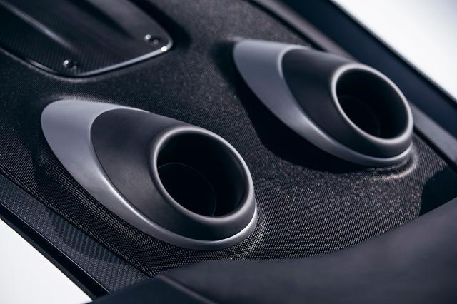 画像: マクラーレン セナに続いて採用された上方排気システム。軽量化とエキサイティングなサウンドにも貢献。