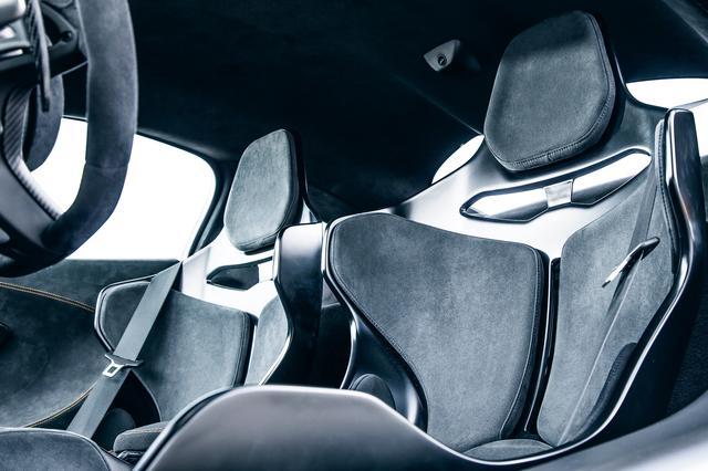 画像: 超軽量が実現されたシート。この角度から見るとシート本体の薄さが際立っていることがわかる。