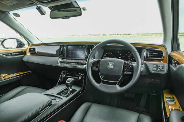 画像: プロドライバーにとって運転しやすい環境の運転席。先進安全運転支援機能はトヨタセーフティセンスを搭載。