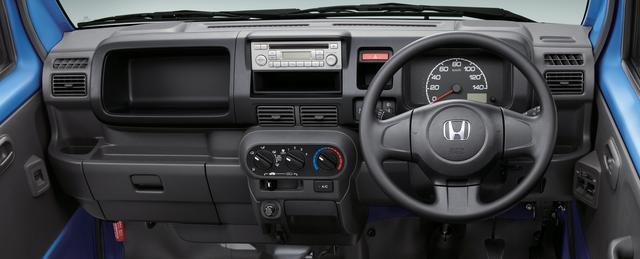 画像: AM/FMチューナー付きCDプレイヤーとマニュアルエアコンは標準装備。