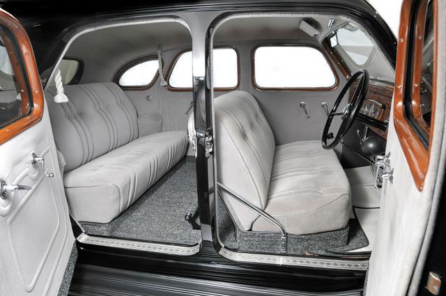 画像: ドアは観音開き、ソファのようなシートが時代を感じさせる。