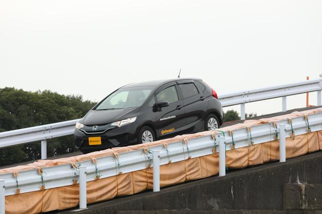 画像: EPB-Siを装着したフィットで勾配路面を上り下りすると、スムーズな発進が可能だ。