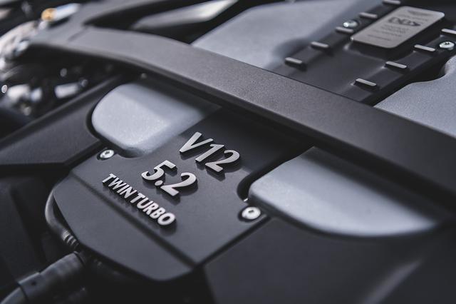 画像: 5.2L V12ツインターボエンジンは725ps/900Nmを発生。0→100km/h加速は3.4秒、最高速は340km/hを謳う。