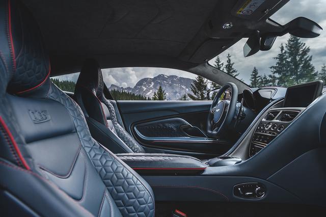 画像: 快適性と高いホールド性を兼ね備えた「スポーツプラス パフォーマンスシート」と「フルレングスパドルシフト」を搭載。