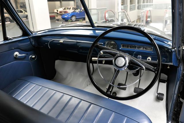画像: トランスミッションはコラム式3速MT。ドアは後部座席への乗りやすさを考慮して観音開きとしている。