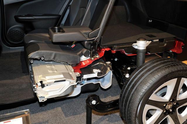 画像: トヨタプリウスの駆動用バッテリーはリアシート下に収められている。