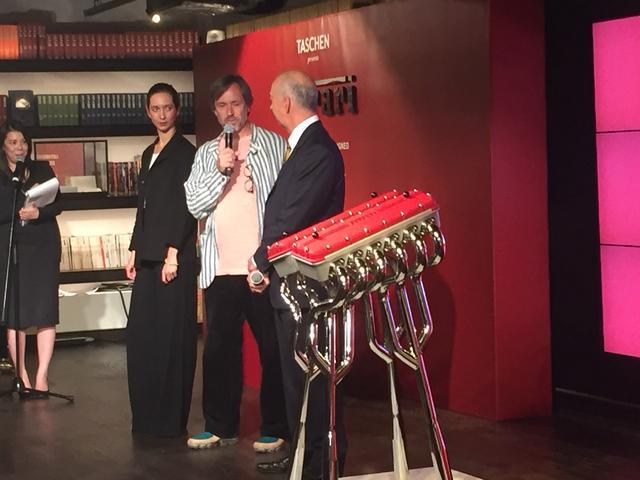 画像: 日本での販売開始にあたり、発表会も開催された。アルミニウム製ケース、ブックスタンドのデザインを担当したマーク・ニューソン氏も出席。