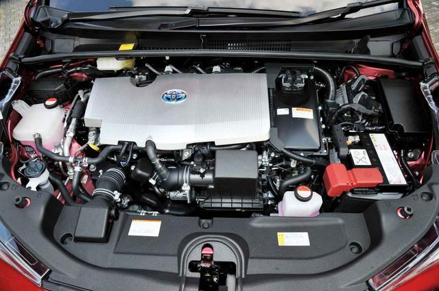画像: トヨタ プリウスの補機バッテリーはエンジンルーム内に収められている。