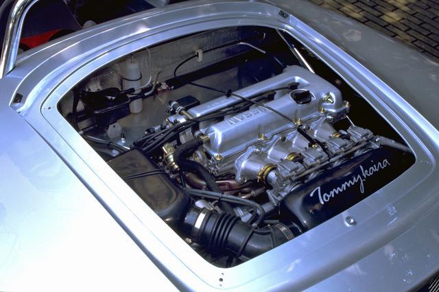 画像: ミッドに横置きされたSR20DEエンジンの燃料供給は、EGIからセッティング幅の広いCRキャブ4連装に変更されている。