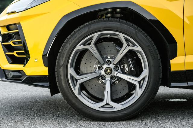 画像: Y字デザインが採用されたオプションの22インチアルミホイール。ブレーキにはカーボンセラミック製ディスクを装着。エアサスペンションを装着するウルスは、ドライブモードの種類で最低地上高が158〜248mmの間で変わる。