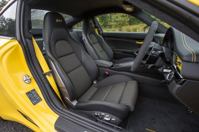 画像: 軽量化モデルであるが試乗車は電動4ウェイシートを装備。ヘッドレスト部の「911」のエンボスは専用アレンジ。