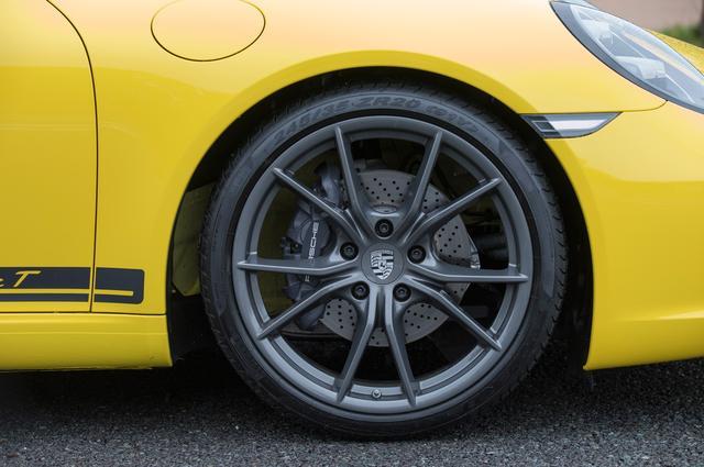 画像: チタングレー塗装が施された20インチホイールが、足下の印象を引き締める。車高は911カレラより約10mm低い。