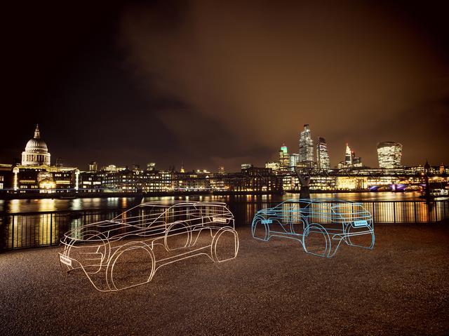 画像: 夜景に映えるワイヤー製インスタレーションアート。
