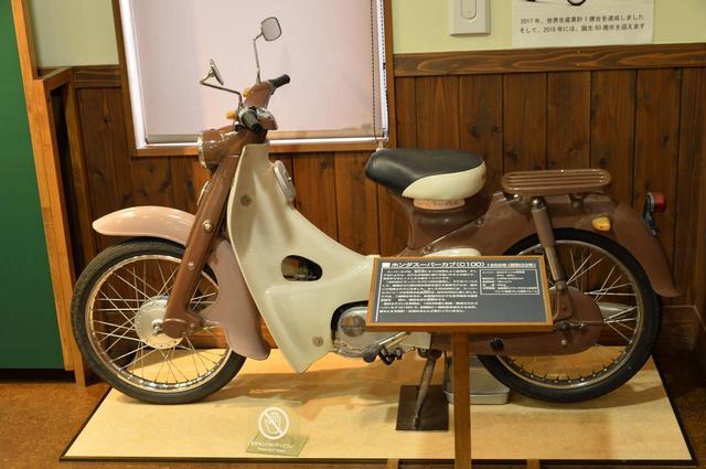 """画像: 1958年にデビューした""""庶民の足""""スーパーカブ C100。この展示車は1963年製造モデル。"""