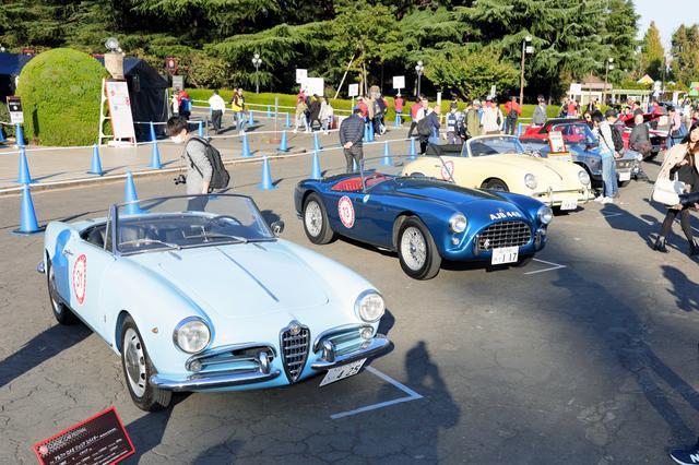画像: 展示されたクラシックカーに多くのギャラリーが集まっていた。
