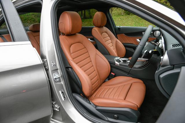 画像: C200はフロントシートヒーターが標準装備される。パワーシートはメモリー付き。