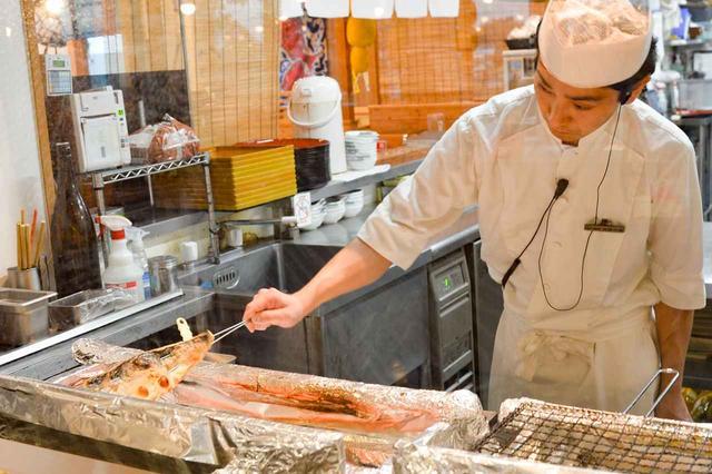 画像: お店の自慢は目の前で焼き上げる魚料理。