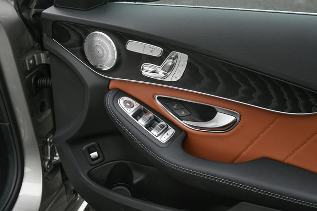 画像: メルセデスはドア内側にもパワーシートやウインドウのなどの操作スイッチを配置。
