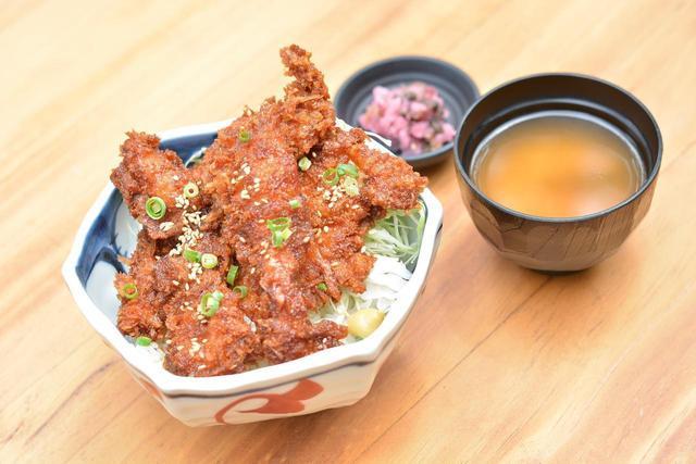 画像: 「赤城どりタレカツ丼」(800円)。ブランド食材である赤城鶏を使用