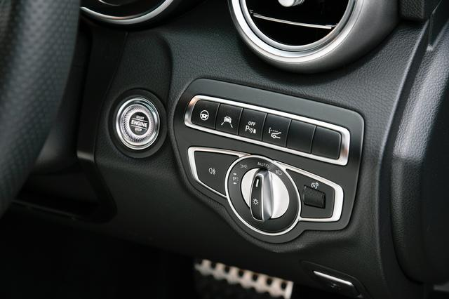 画像: エンジンのスタート/ストップスイッチはここ。他にもライトスイッチなども集中する。