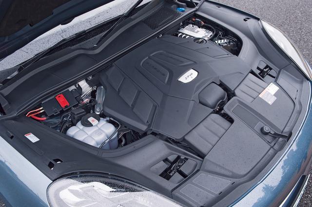 画像: スタンダードな「カイエン」に比べて最高出力で約100psも上乗せされた2.9L V6ツインターボを搭載。最大トルクも100Nm向上した。バランスも良い。
