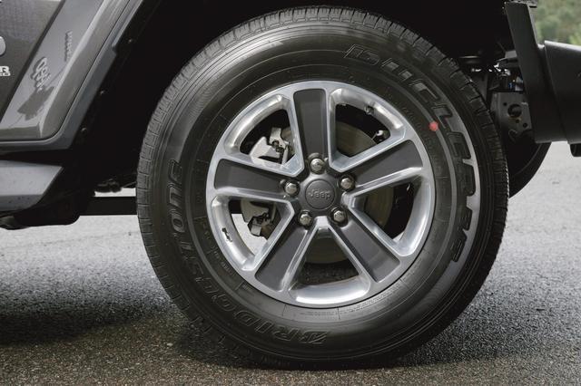 画像: 255/70R18インチのM+Sタイヤを装着。またホイールにはジープの隠しキャラが描かれている。