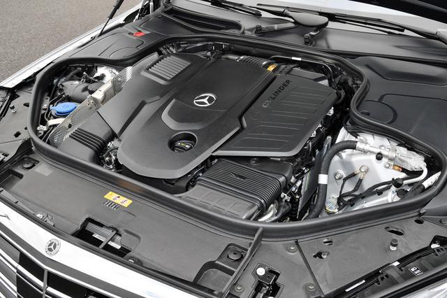 画像: 例によってエンジン本体は見えないが、カバー右に「6 CYLINDER」と刻まれている。