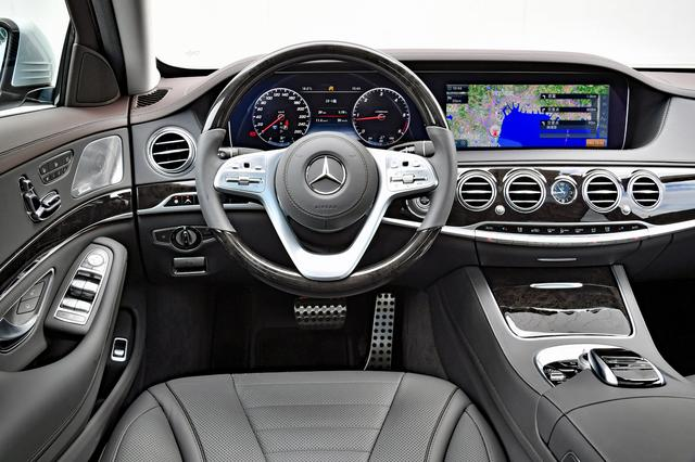 画像: S400d 4マティックは左ハンドルのみの設定。本革/ウッドのステアリングもパッケージオプション。