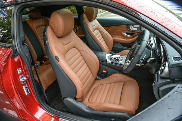 画像: フロントシートバックのレバーを手前に引けば簡単にシートが前に倒れ後席にアクセスができる。