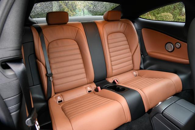 画像: 流麗なクーペスタイルだが、後席の実用性も高い。