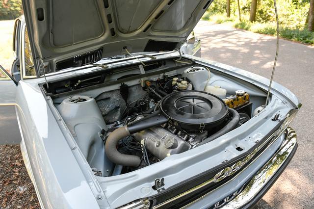 画像: 1.8L 直列4気筒OHVエンジンをフロントに縦置きし前輪を駆動するFF車。エンジンは右に40度傾けて搭載。ボディの基本がDKWの3気筒ユニット搭載を前提に設計されていたためだ。最大トルクは、この仕様で150Nmを発揮していた。