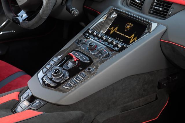 画像: センターコンソールのモニターには、サーキット走行のラップタイムをはじめ、様々な情報を記録するオプション設定の「テレメトリーシステム」を表示する。