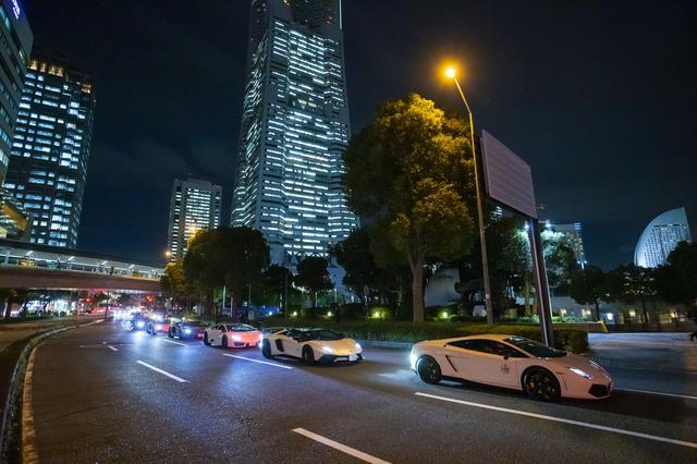 画像: みなとみらい地区をパレードするランボルギーニ車。