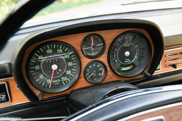 画像: メーターは丸4眼を見やすく配置。左が200km/hまで刻まれた速度計で、真ん中上段が時計。タコメーターはその下に配置される。レッドゾーンは5800rpmから。