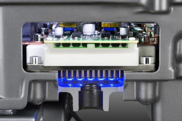 画像: 日産リーフのモーターと組み合わされているインバーター部分。