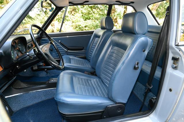 画像: 美しいレザーシートは肉厚で座り心地も快適。3点式シートベルトがつけられていた。