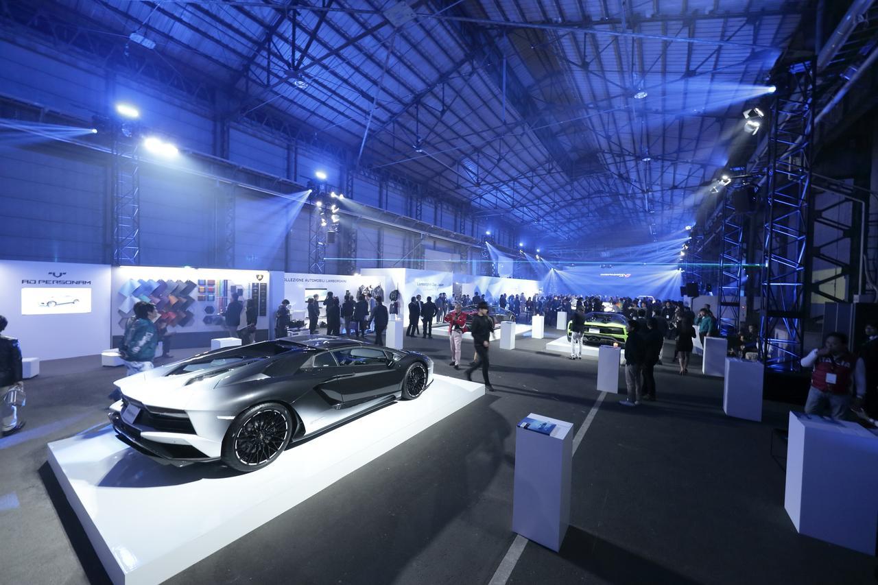 画像: 広大な会場に何台ものランボルギーニ車が展示された。