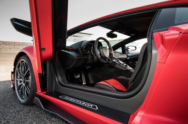 画像: アヴェンタドール SVJはクーペのみで世界限定900台、スペシャルなカーボンボディの「SVJ63」が63台生産され、計963台の限定生産となる予定。