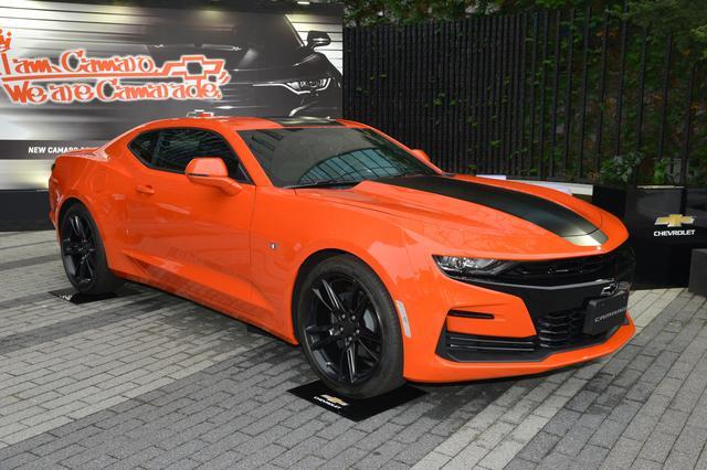 画像: 鮮烈なオレンジのボディカラー、ブラックカラーのセンターデカール、専用ブラックペインテッドホイールが特徴の限定車「カマロ ローンチエディション」。