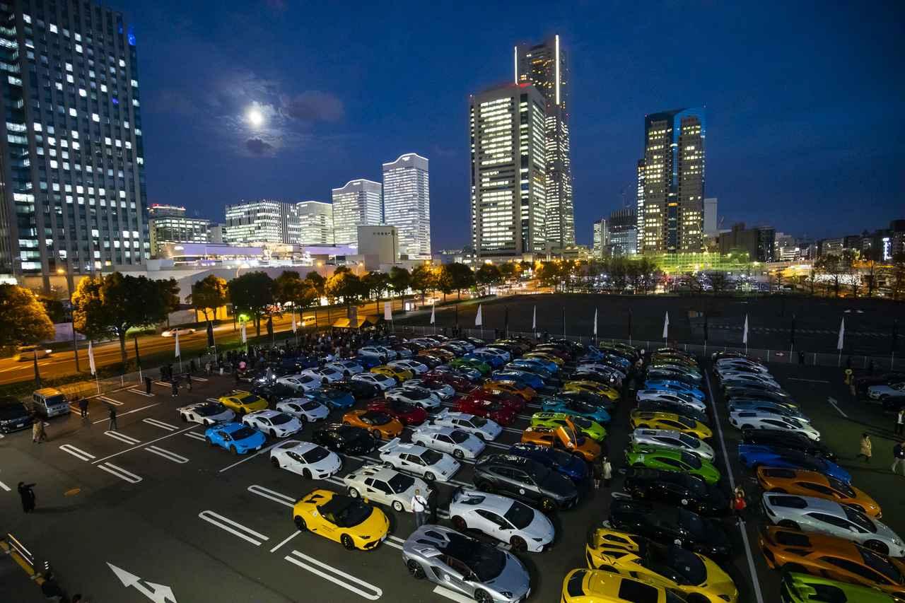 画像: みなとみらい地区の駐車場に集結した、200台以上のランボルギーニ車。