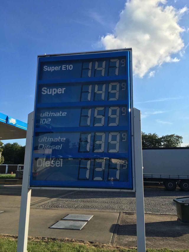 画像: ドイツのSS(ガソリンスタンド)。価格を示す看板も、このように5種類を表示している。