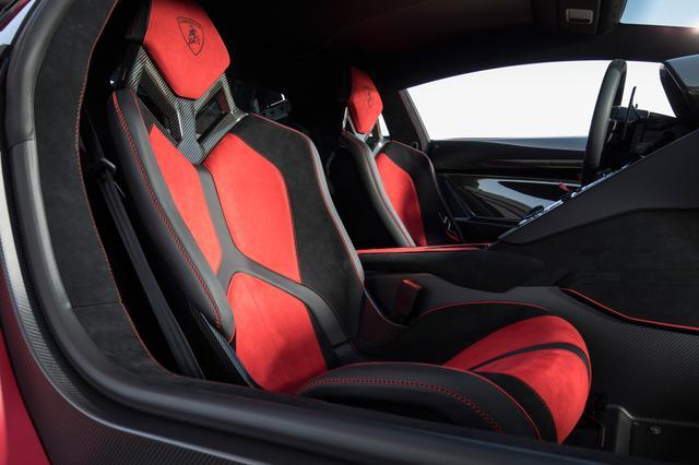 画像: カーボンフレームを採用したバケットシートの外側サイドサポートには「SVJ」のロゴがあしらわれている。