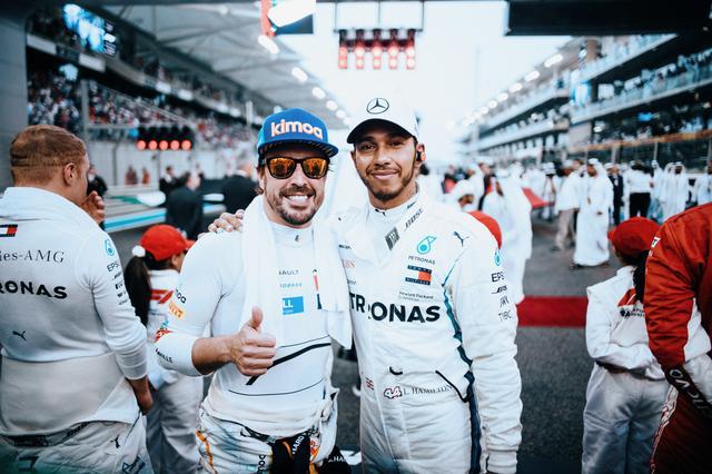 画像: フェルナンド・アロンソ(左)とルイス・ハミルトン。かつてマクラーレンのチームメイトとしてチャンピオン争いを展開した。