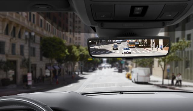 画像: 乗員や荷物でリアビューの視認性が悪い場合、ミラー下面にあるスイッチをフリックするだけでクリアな映像を提供する「クリアサイトリアビューミラー」。ミラーに映し出される視野角も50度と広く、暗がりでの視認性も向上している。