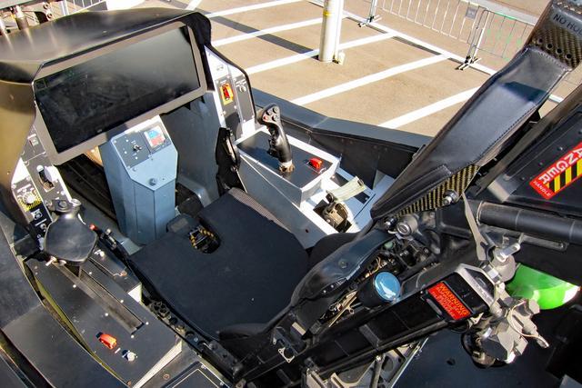 画像: ライトニングIIのコクピット。正面の黒いパネルがタッチスクリーンとなっている。
