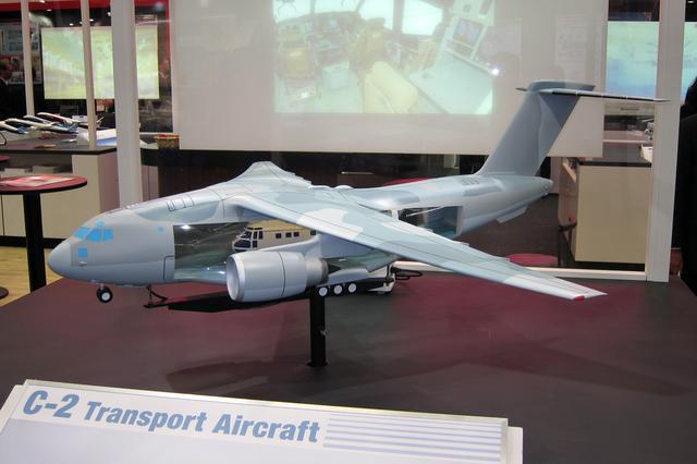 画像: 川崎重工と防衛省が開発したC-2輸送機の模型。機内には大型ヘリコプターを収納可能。間もなく配備が開始される。