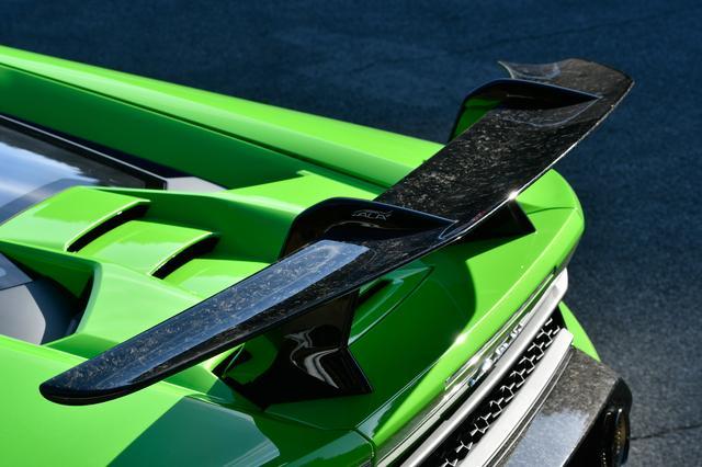 画像: 大型リアウイングだけでなくボンネット下のフラップも使って空力性能を最適化。
