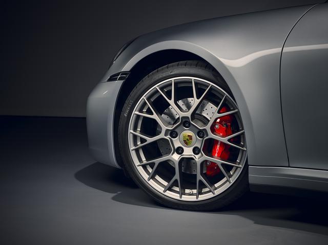 画像: タイヤは前後異サイズとなるミックスタイヤを装着する。