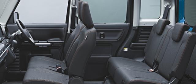 画像: オレンジのステッチ入りシートは撥水加工が施されている。リアシートは左右独立式。
